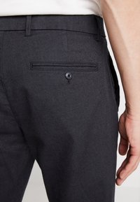 GAP - SLIM TEXTURED PANT - Tygbyxor - moonless night - 3