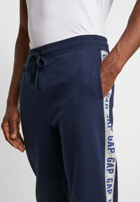 GAP - LOGO TAPE JOGGER - Pantalon de survêtement - tapestry navy - 3
