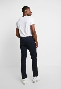 GAP - ESSENTIAL STRAIGHT FIT - Chino kalhoty - new classic navy - 2