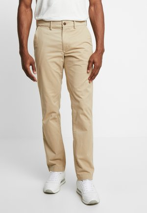 ESSENTIAL STRAIGHT FIT - Chino kalhoty - iconic khaki