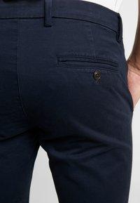 GAP - ESSENTIAL - Spodnie materiałowe - new classic navy - 5