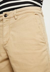 GAP - STRETCH SOLID LIVED - Short - mojave - 3