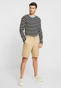 GAP - STRETCH SOLID LIVED - Short - mojave - 1