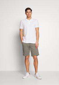 GAP - IN SOLID - Shorts - mesculen green - 1