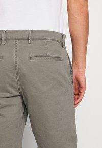 GAP - IN SOLID - Shorts - mesculen green - 5
