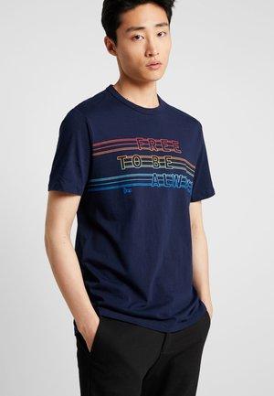 PRIDE  - T-shirt med print - tapestry navy