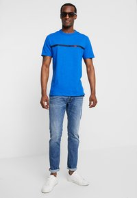 GAP - ORIG TAPE LOGO - T-shirt z nadrukiem - admiral blue - 1