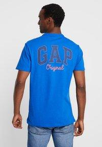 GAP - ORIG TAPE LOGO - T-shirt z nadrukiem - admiral blue - 2