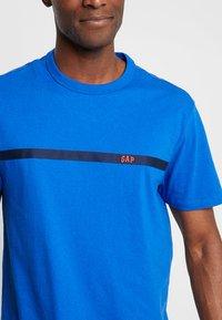 GAP - ORIG TAPE LOGO - T-shirt z nadrukiem - admiral blue - 4
