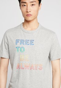 GAP - CHEST PRIDE  - T-shirt med print - grey heather - 3