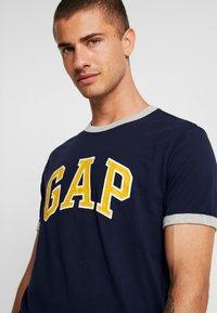 GAP - ARCH RINGER - Print T-shirt - tapestry navy - 4