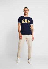 GAP - ARCH RINGER - Print T-shirt - tapestry navy - 1