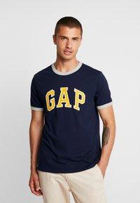 GAP - ARCH RINGER - Print T-shirt - tapestry navy - 0