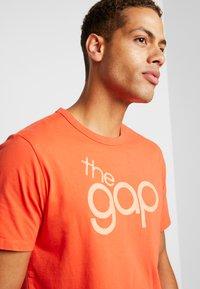 GAP - BUBBLE  - Print T-shirt - red delicious - 4