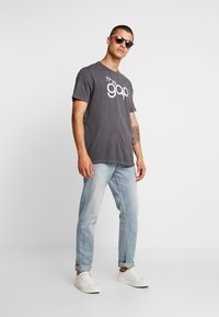 GAP - BUBBLE  - T-shirt z nadrukiem - soft black - 1