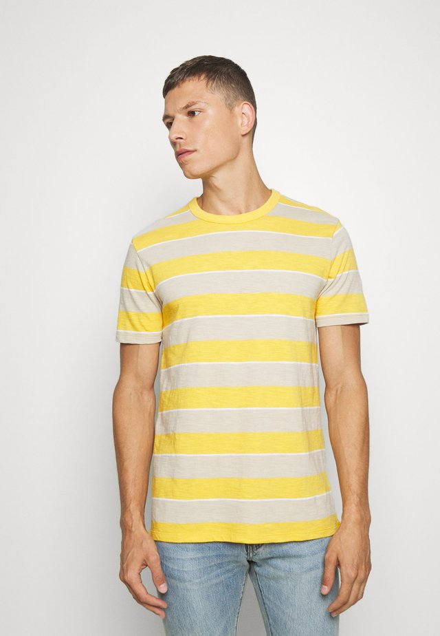 SLUB STRIPE - T-shirt con stampa - havana yellow