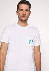 GAP - 90S LOGO - Print T-shirt - optic white - 3