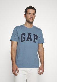 GAP - BASIC LOGO - Print T-shirt - pacific - 0