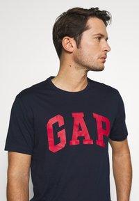 GAP - BASIC LOGO - Print T-shirt - tapestry navy - 3