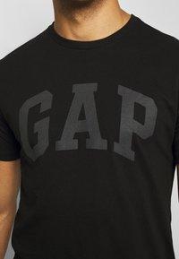 GAP - BASIC LOGO - T-shirt z nadrukiem - true black - 5