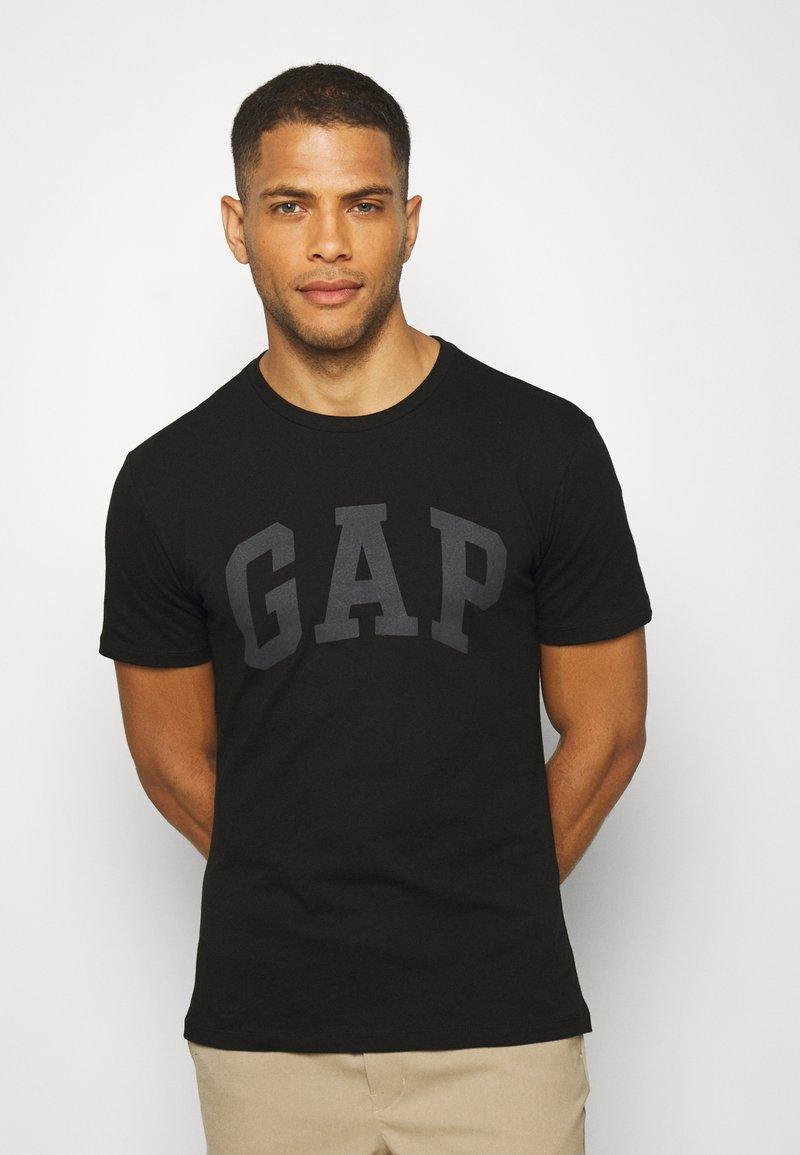 GAP - BASIC LOGO - T-shirt z nadrukiem - true black
