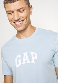 GAP - V-MINI ARCH LOGO - Print T-shirt - light blue shadow - 5