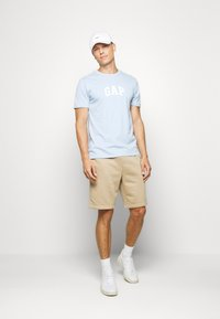 GAP - V-MINI ARCH LOGO - Print T-shirt - light blue shadow - 1