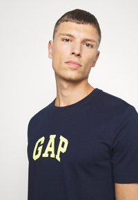 GAP - V-MINI ARCH LOGO - Print T-shirt - tapestry navy - 4