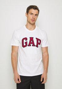 GAP - BAS ARCH - Print T-shirt - white - 0