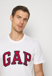 GAP - BAS ARCH - Print T-shirt - white - 4