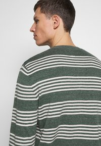 GAP - MAINSTAY CREW - Sweter - winter forest - 5
