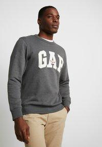 GAP - ORIGINAL ARCH CREW - Sudadera - charcoal grey - 0