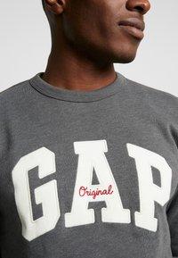 GAP - ORIGINAL ARCH CREW - Sudadera - charcoal grey - 5