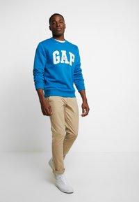 GAP - ORIGINAL ARCH CREW - Sweatshirt - winter night - 1