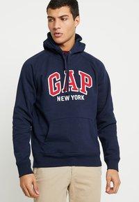 GAP - NEW YORK CITY CLOUDY LAUNCH - Mikina skapucí - tapestry navy - 0