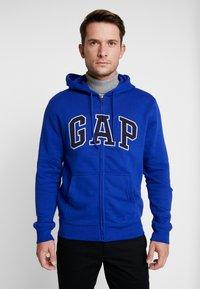 GAP - Zip-up hoodie - bodega bay - 0