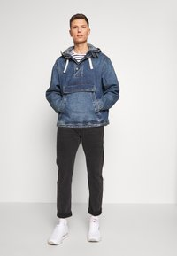GAP - Kurtka jeansowa - washed denim blue - 1