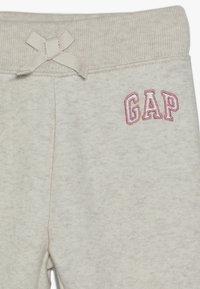 GAP - TODDLER GIRL LOGO  - Teplákové kalhoty - light heather grey - 3