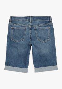 GAP - GIRLS BOTTOMS  - Shorts vaqueros - medium wash - 1