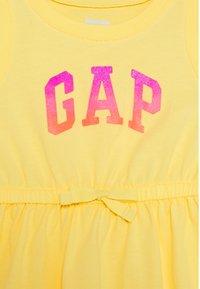 GAP - TODDLER GIRL LOGO TANK - Jerseykleid - yellow sun - 2