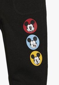 GAP - MICKEY MOUSE TODDLER BOY - Teplákové kalhoty - black - 3