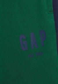 GAP - BOYS LOGO  - Pantaloni sportivi - president green - 2