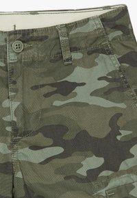GAP - BOY - Cargo trousers - green camo - 4