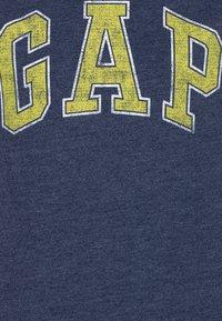 GAP - BOYS ARCH SCREEN - T-shirt imprimé - navy heather - 2