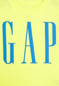 GAP - TODDLER BOY LOGOMANIA TEE - T-shirt imprimé - vibrating yellow