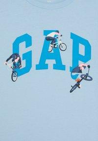 GAP - BOYS VALUE GRAPHIC - T-shirt z nadrukiem - blue focus - 2