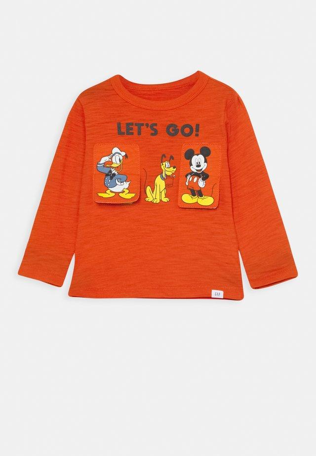 TODDLER BOY GOOFY DONALD MICKEY - Maglietta a manica lunga - grenadine orange