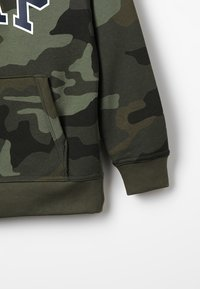 GAP - ACTIVE KNITS CAMO ARCH  - Jersey con capucha - camouflage - 4