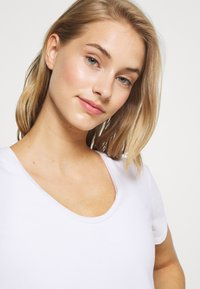 GAP - BREATHE NECK TEE - Basic T-shirt - optic white - 3