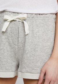 GAP - ROLL UP SHORT - Spodnie od piżamy - light heather grey - 4